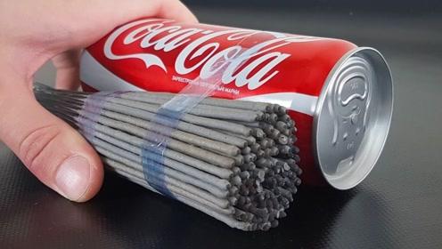 可乐罐上绑满烟花棒,点燃之后发生的画面,你绝对想不到