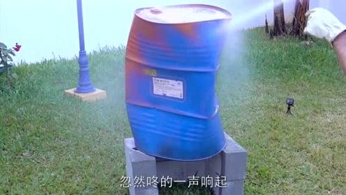 铁桶加热后撒上冷水会怎样?老外进行实验,结果被吓了一跳