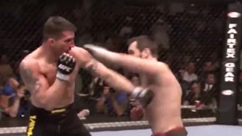 一拳就把对手给击倒了 还想上前被裁判阻止