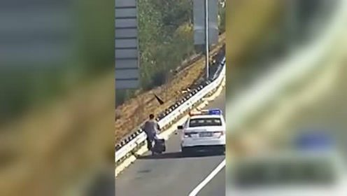 老人高速路上骑车逆行为捡垃圾 交警帮其蹬回自行车