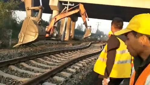用挖掘机将铁轨给拖走了佩服工人师傅的脑洞