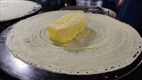 印度爆火的小吃——黄油蛋包饭,老板直接拿一块黄油蹭锅,太逗了
