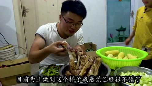 大sao碳烤羊排给家人吃,直接用手抱着啃,太过瘾了