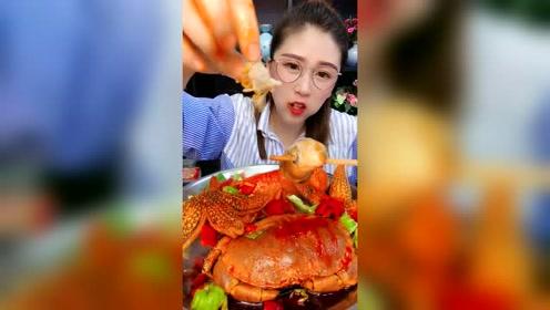 美女吃海鲜,先来个大海螺
