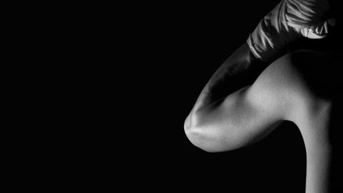 美国黑人擂台约架中国小伙,裸拳连续击倒老外真是解气!