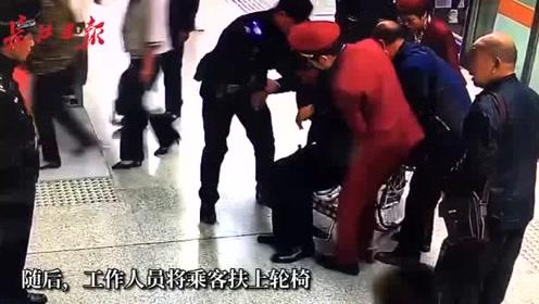 乘客在列车上晕倒,众人纷纷上前帮助