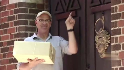 路人好心帮忙送礼物,谁知一敲门就被吓了一跳