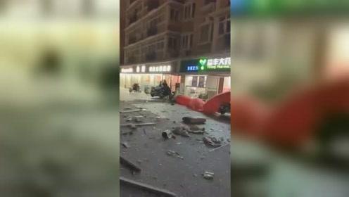 宿迁一居民楼疑似煤气爆炸  巨大冲击力震碎周边门窗玻璃