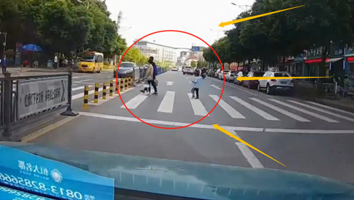 天降横祸!小轿车过路口突然一名孩子撞了过来,网友:司机真冤