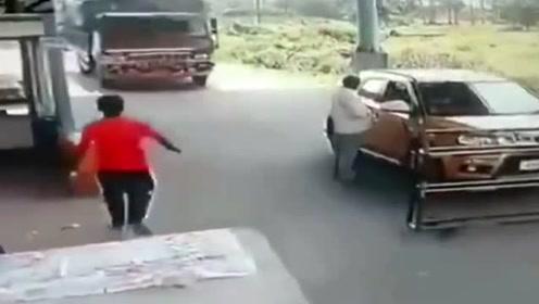 印度村民自制收费关卡,货车司机不想交费直接冲卡!