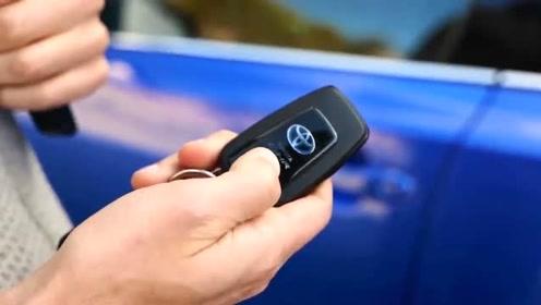 2020款丰田CHR试驾,按下钥匙打开车门,惊艳的一幕开始了