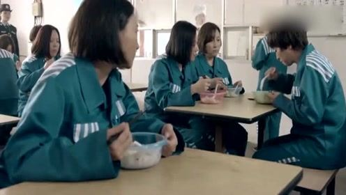 女囚犯进监狱后胃口大增,一边队友看热闹队友:使劲吃吧,政府管够!