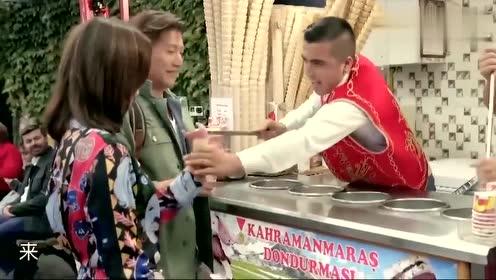 佘诗曼吃个冰淇淋太不容易了,被土耳其的小哥戏弄了好一阵!