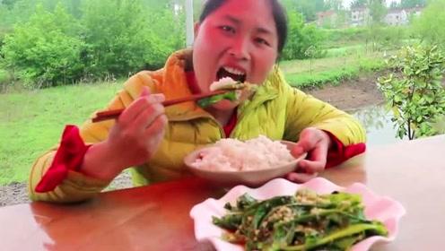 农村胖妹最会吃了,莴笋这么吃很少见,胖妹一碟菜吃了一锅米饭!