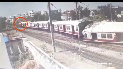 印度南部两列火车同一铁轨相撞 造成12人受伤