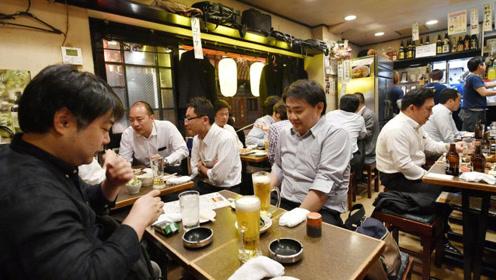 为何日本男人下班后大多不愿回家,而是去街边喝酒?原因很现实