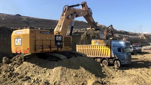 大型Cat 6015B挖掘机装载卡车