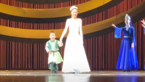 佟丽娅带儿子登上舞台谢幕,萌娃全程乖巧可爱,毫不怯场!