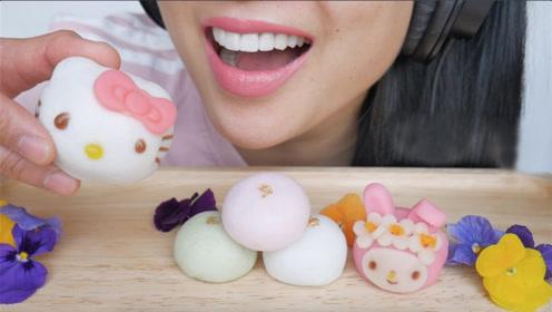 微笑姐吃可爱的甜点,卡通的造型令人大爱,吃起来味道还不错