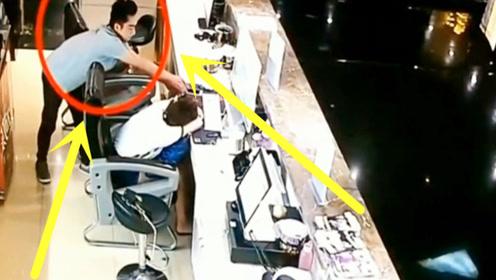 男子看收银美女趴着睡着了,竟动了歪心思,监控拍下这无耻一幕!