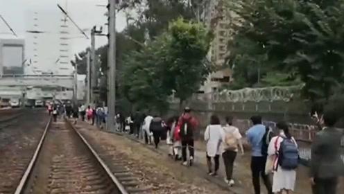 暴徒疑投掷单车逼停港铁 乘客下车在铁轨上徒步前行