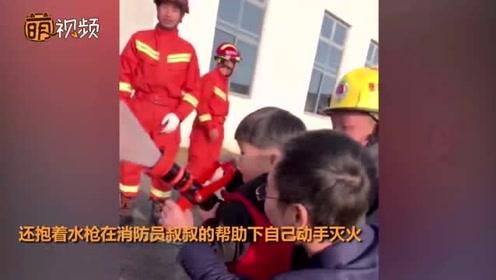 羡慕!因生病错过消防演习的小朋友 不仅和消防员合影还动手灭火了