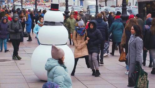 老外恶搞:路中的大雪人突然乱动一下,结果过往妹子瞬间吓了一跳
