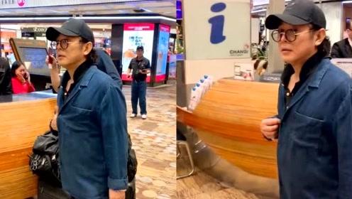 网友偶遇56岁李连杰 戴鸭舌帽黑框眼镜一头黑发状态好