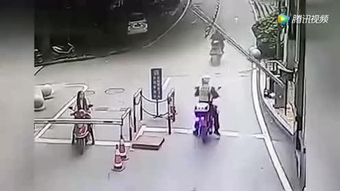 大哥骑摩托车看美女!结果悲剧了!