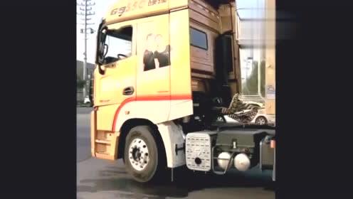 货车女司机新提的货车,看她开心的样子,肯定挣了不少钱