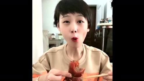 小姐姐开吃猪皮卷,浇上蘸料一口吃掉一小半,满满胶原蛋白!