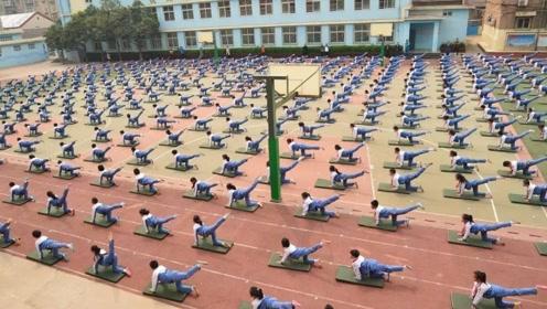老外看到中学生课间操,一脸惊叹道:难怪中国人都会功夫