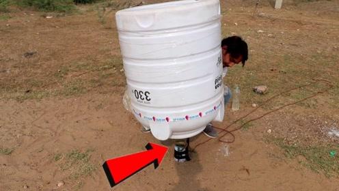 作死实验:小伙在电石里倒水,然后用桶罩住,结果桶直接被炸飞了!