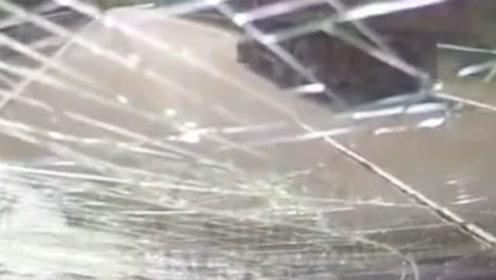 监拍惊险一幕:货车木板突然掉落 砸向后车瞬间击裂挡风玻璃!
