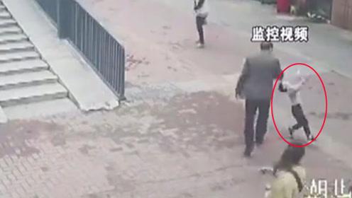 68岁老人挥包打倒4岁幼童 只因被问:坐车为什么不给钱