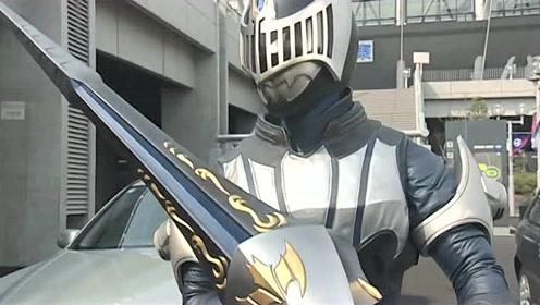 假面骑士铁兵太恶心了,夜骑在拼命的阻止镜怪物,他居然还搞背后偷袭