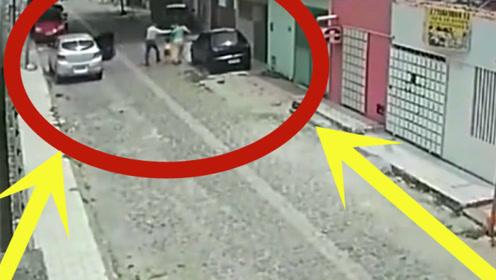 母女俩正在街边散步,监控却拍下丧心病狂一幕,太禽兽!