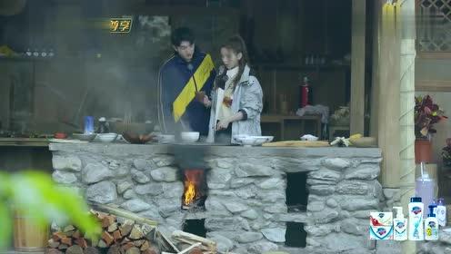 杨超越想喝面汤,金瀚马上撒辣椒,皮一下很开心!