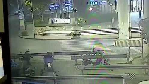 佛山金沙洲西环桥底,三人乘摩托横过马路,被宝马车撞飞