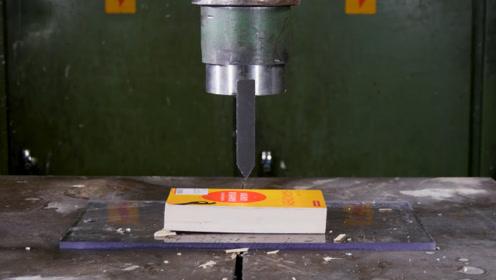 老外给150吨的液压机上配刀片,看到压扑克牌的画面感觉太神奇了!
