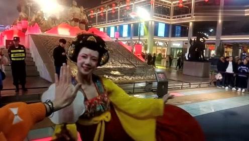 西安大唐不夜城谁笑的最美丽?游客把这个古装美女团团围住