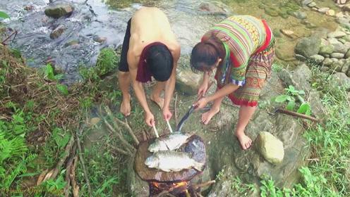 野溪刚捕获的大鲤鱼,情侣立即放石板上慢慢烤熟,下一幕的确很诱人