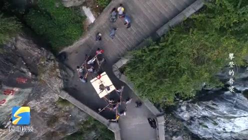 攀登的脊梁丨百人赤膊上阵、耗时3天,终将2吨重驱动轮扛上南天门