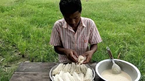 印度小孩野外做美味,周围环境太干净了,刷新了我对印度的看法