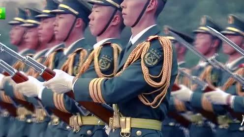 爸爸穿军装走路的样子 可帅啦  我的爸爸是一名军人