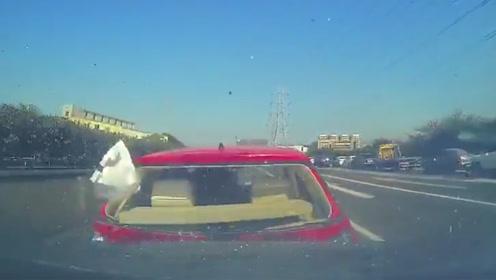 小车高速上突然刹车引发3车相撞 行车记录仪拍下恐怖一幕