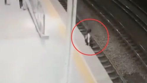 女性旅客跳入轨道 火车站上演生死50秒