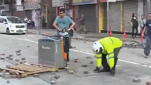 港警驱散暴徒后清理路面 市民拿工具帮忙,为消防车开路