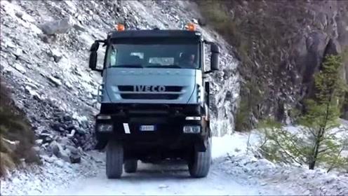 大货车拉几十吨的大理石下山,老司机这倒车下山技术太赞了