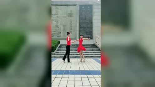 超好看又简单的双人舞,现在学会晚上就可以在公园里跳